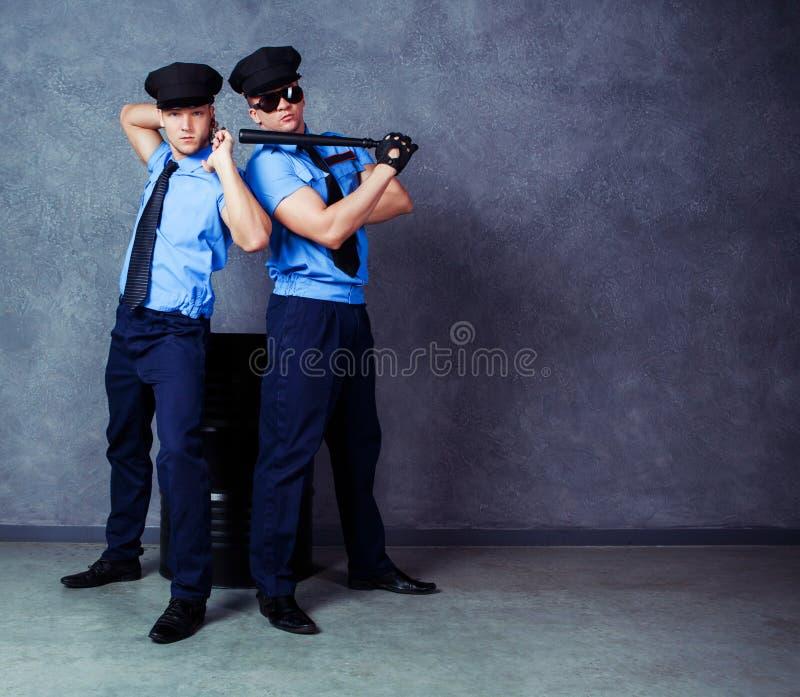 Tänzer, die Kostüme von Polizisten tragen stockbilder