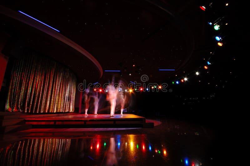 Tänzer in einem Nachtklub lizenzfreies stockbild