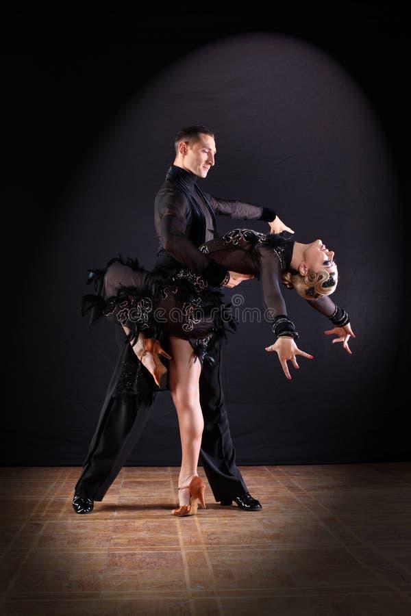 Tänzer im Ballsaal lizenzfreie stockfotografie