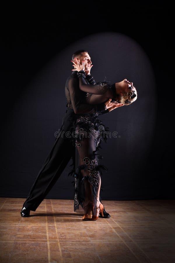 Tänzer im Ballsaal lokalisiert auf Schwarzem stockfotos