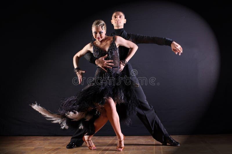 Tänzer im Ballsaal lokalisiert auf schwarzem Hintergrund lizenzfreie stockfotografie