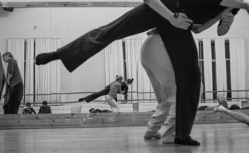 Tänzer improvisieren auf Stautänzerkontakt stockfoto