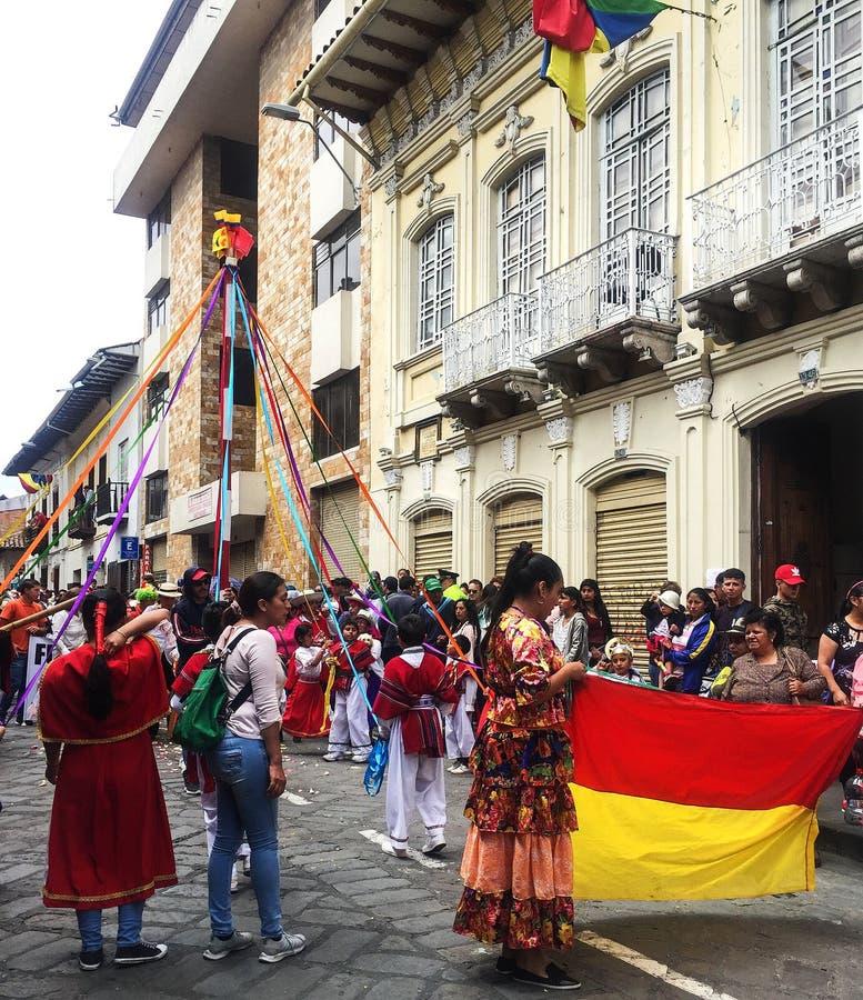 Tänzer mit Bändern an der Weihnachtsparade in Cuenca Ecuador stockfotografie
