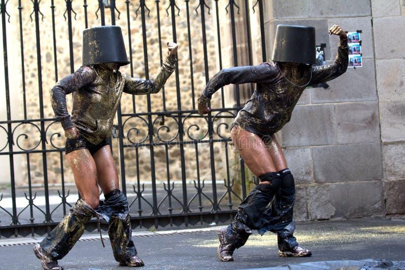 Tänzer mit Eimern auf dem Kopf. stockbilder