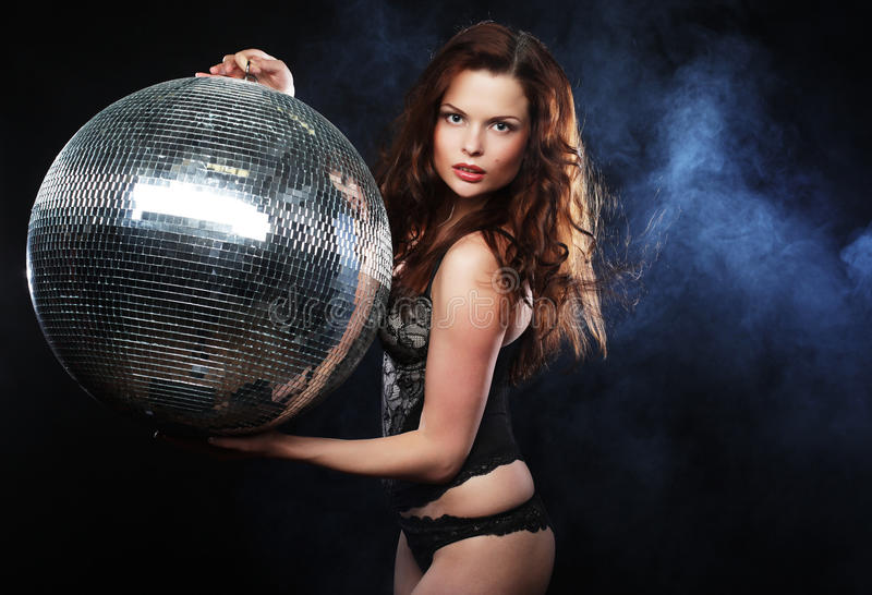 Tänzer redhair Mädchen mit Discoball stockbilder