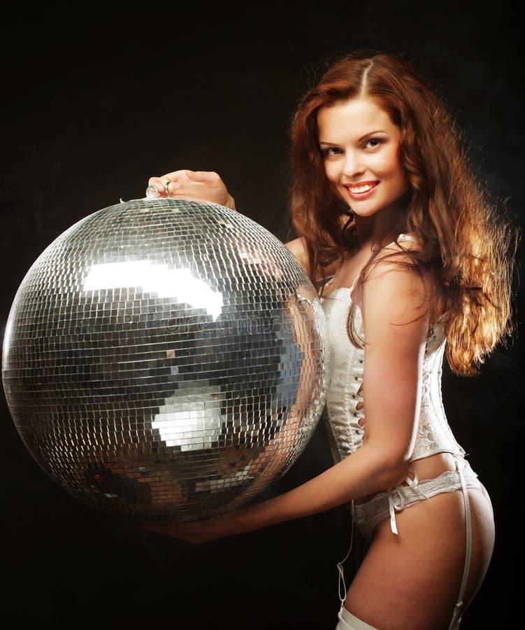 Tänzer redhair Mädchen mit Discoball lizenzfreie stockfotografie