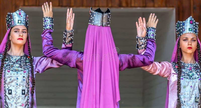 Tänzer von Georgia im traditionellen Kostüm stockfotografie