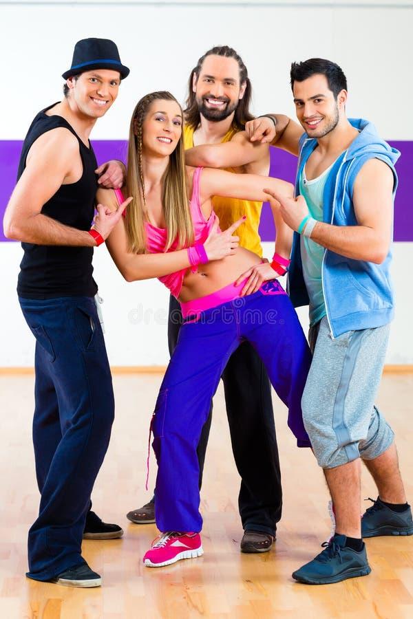 Tänzer am Zumba-Eignungstraining im Tanzstudio stockfotografie