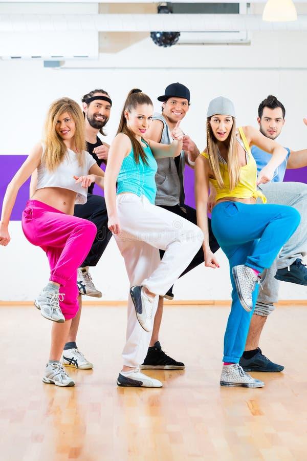 Tänzer am Zumba-Eignungstraining im Tanzstudio stockfoto