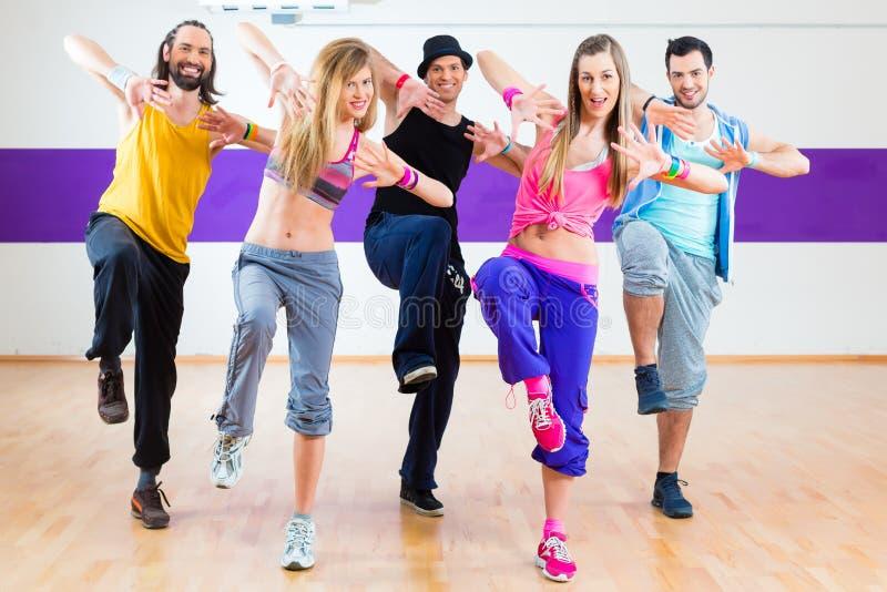 Tänzer am Zumba-Eignungstraining im Tanzstudio stockbild