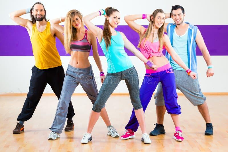 Tänzer am Zumba-Eignungstraining im Tanzstudio stockfotos