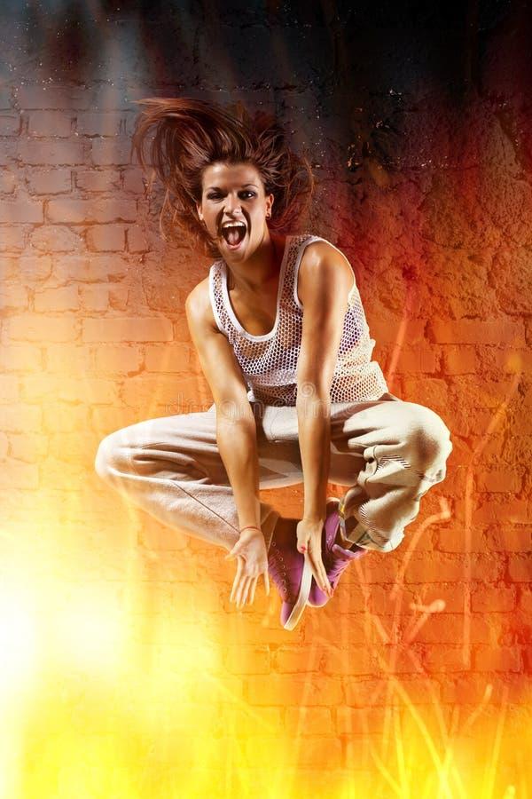 Tänzerspringen der jungen Frau lizenzfreie stockbilder