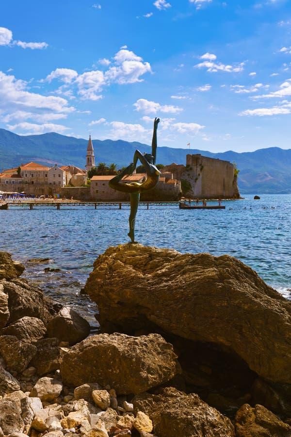 Tänzerstatue und alte Stadt in Budva Montenegro stockfotografie