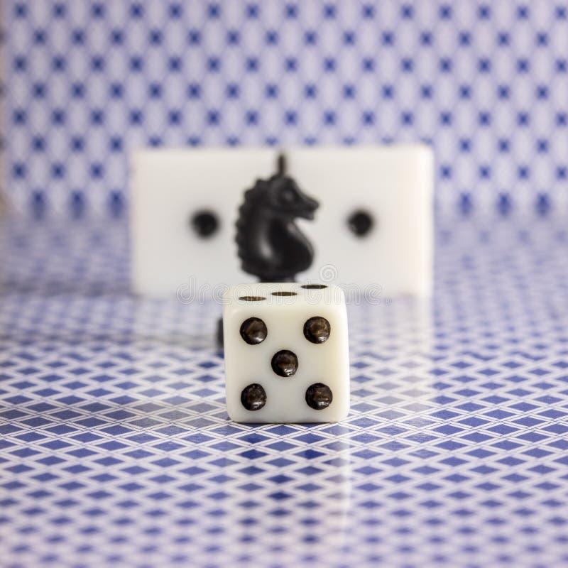 Tärna på den suddiga bakgrunden av schackdominobrickan och baksidan av de spela korten royaltyfri fotografi
