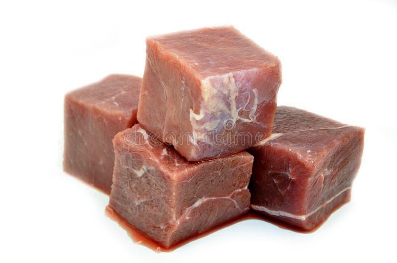 Tärnad eller skära i tärningar rå nötköttbiff arkivfoton