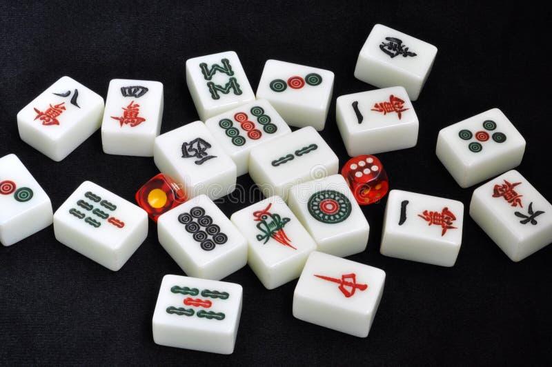 tärnar mahjongtegelplattor royaltyfri bild