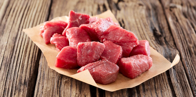 Tärnat rått nytt kött för gulasch eller ragu arkivbild