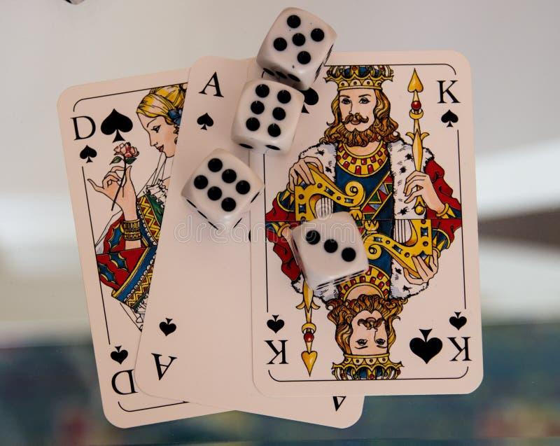 Tärning mynt och spelakort royaltyfri fotografi