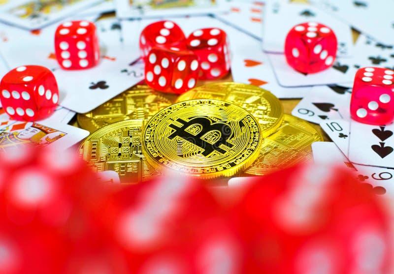 Tärning och kort för guld- bitcoin som röd spelar begrepp arkivbild