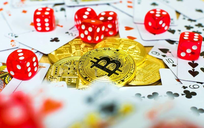 Tärning och kort för guld- bitcoin som röd spelar begrepp royaltyfria foton