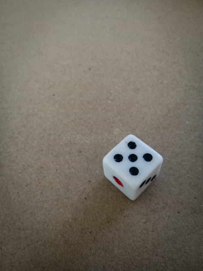 Tärningen numrerar 5 för förutsägelse arkivfoto