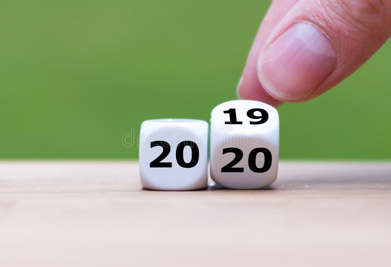 Tärningen symboliserar ändringen till det nya året 2020 royaltyfri bild