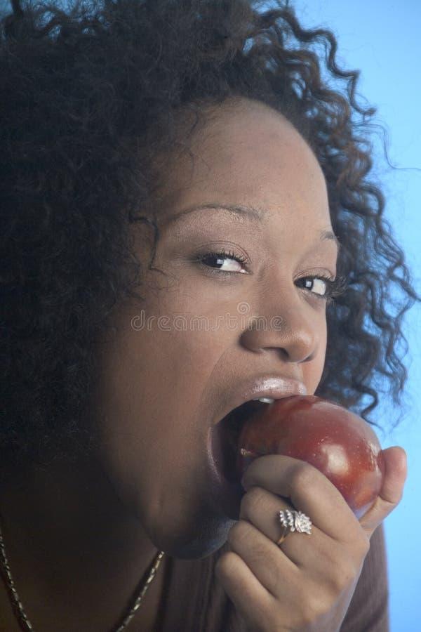 tät äta flicka för äpple upp arkivbild