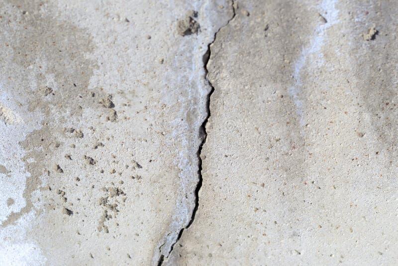 tät betong som skjutas upp väggen det finns en spricka i den textur överträdd konstruktionsteknologi royaltyfri bild
