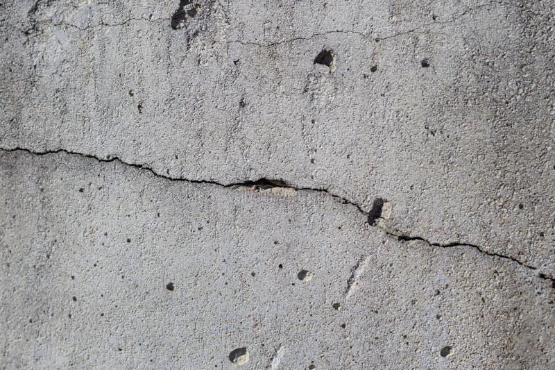tät betong som skjutas upp väggen det finns en spricka i den textur överträdd konstruktionsteknologi fotografering för bildbyråer