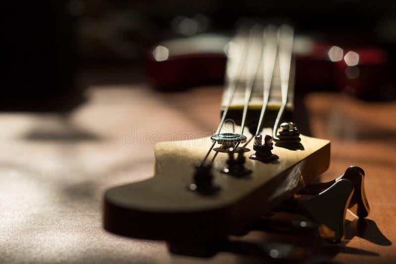 tät elektrisk gitarr upp Rader på halsen av en elkraftgui royaltyfri bild