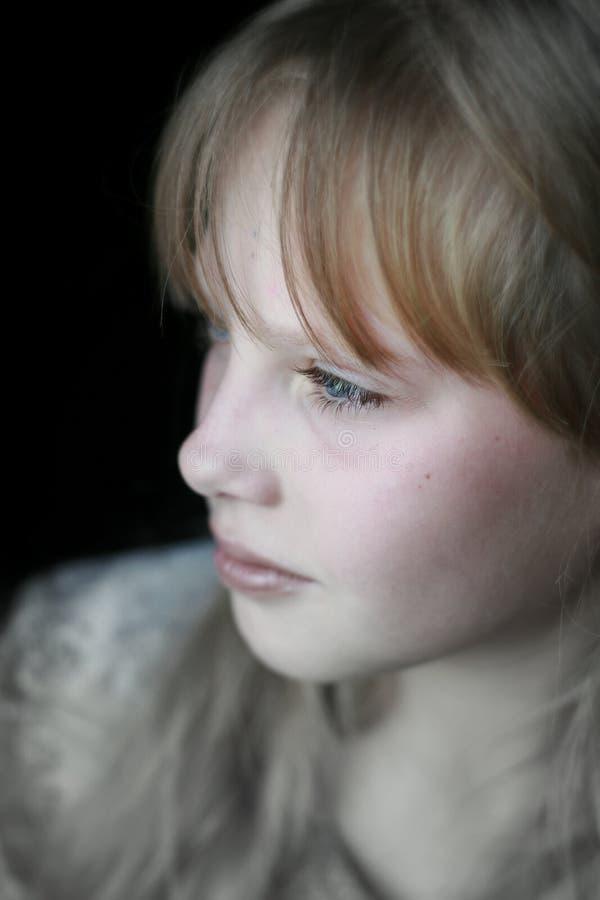 tät flickastående thoughtfully upp barn royaltyfri foto
