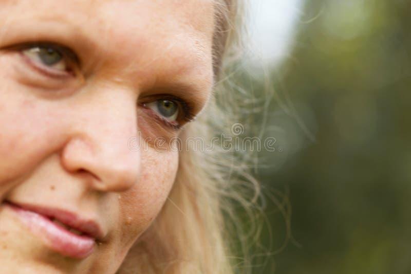 tät framsidapensionär upp kvinna royaltyfri foto