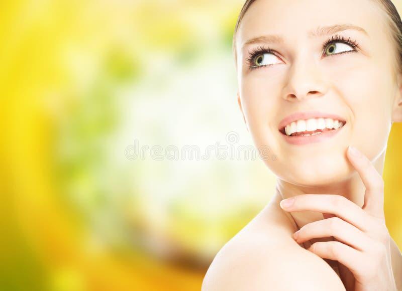 tät framsidastående för skönhet upp kvinna arkivfoto