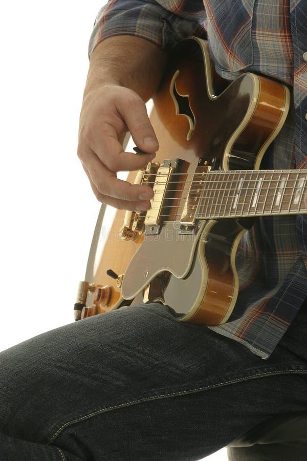 tät gitarrspelare upp royaltyfri bild