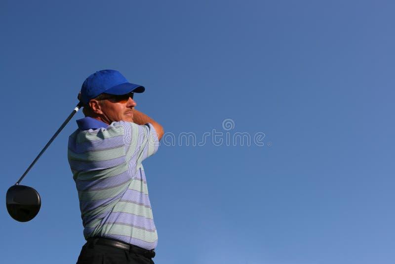 tät golfare av teeing upp royaltyfri fotografi