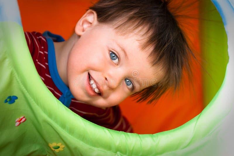tät lycklig stående för pojke som ler upp royaltyfria foton