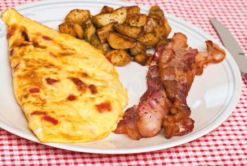 tät omelett för frukost upp arkivfoton