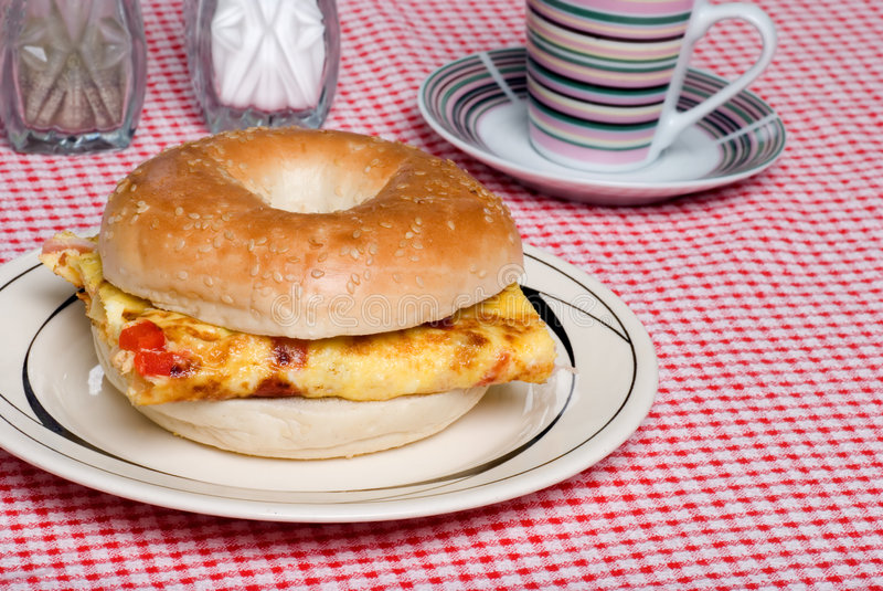 tät omelettsmörgås för bagel upp royaltyfri foto