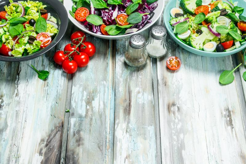 tät sallad som skjutas upp grönsaken En variation av organiska sallader, grönsaker med olivolja och kryddor arkivfoton