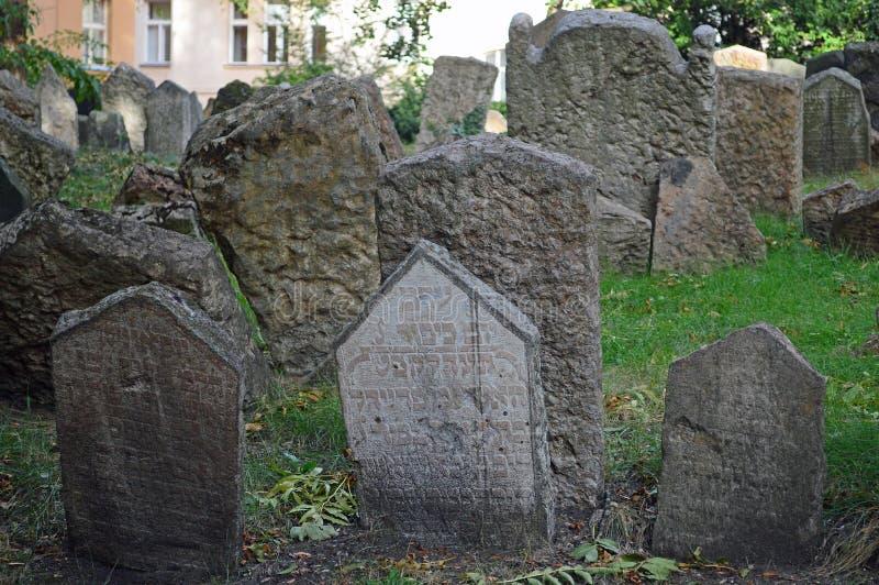 Tät skog av gravstenar på den gamla judiska kyrkogården Prague arkivbild