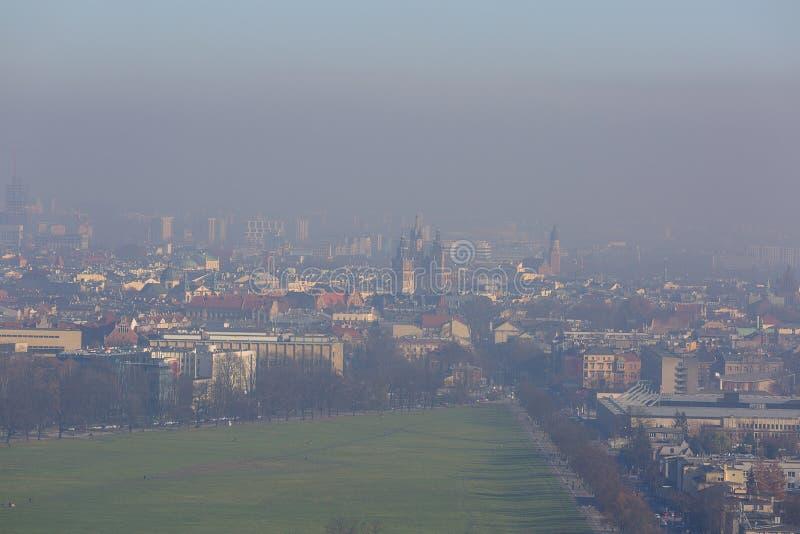 Tät smog över staden, luftförorening, flyg- sikt av den gamla staden Krakow, Polen arkivfoton