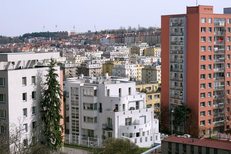 Tät stadsområde med massiva radhus i staden av Prague (Tjeckien) från en flyg- sikt arkivbild