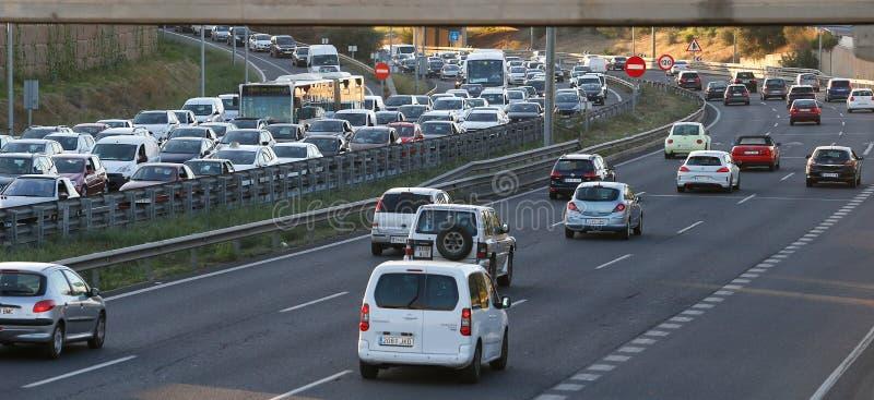 Tät trafik i den Palma de Mallorca motorwayen vitt arkivfoton