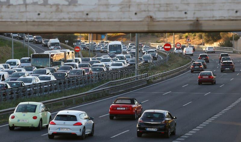 Tät trafik i den Palma de Mallorca motorwayen vitt royaltyfri fotografi