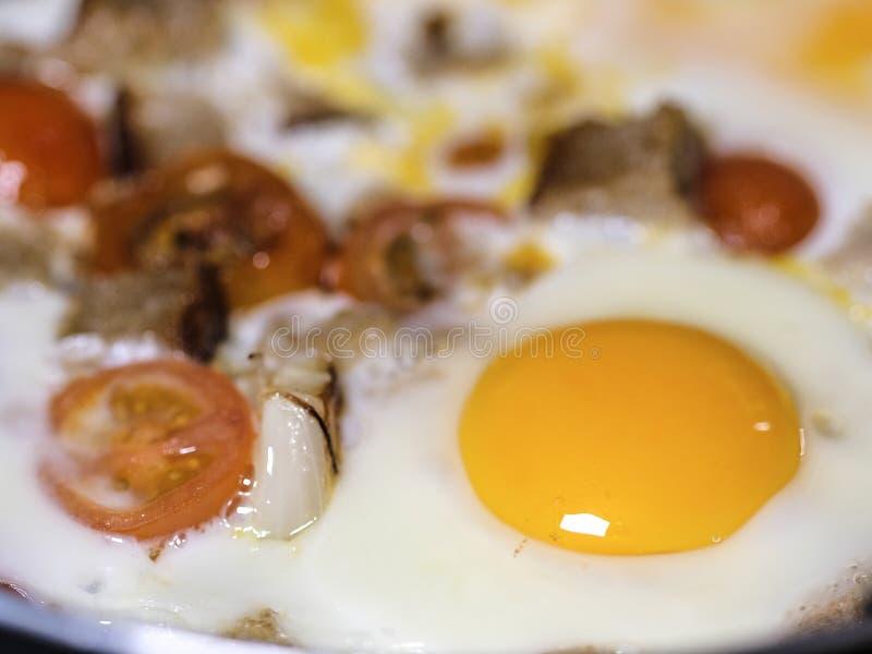 täta ägg som stekas upp royaltyfria foton