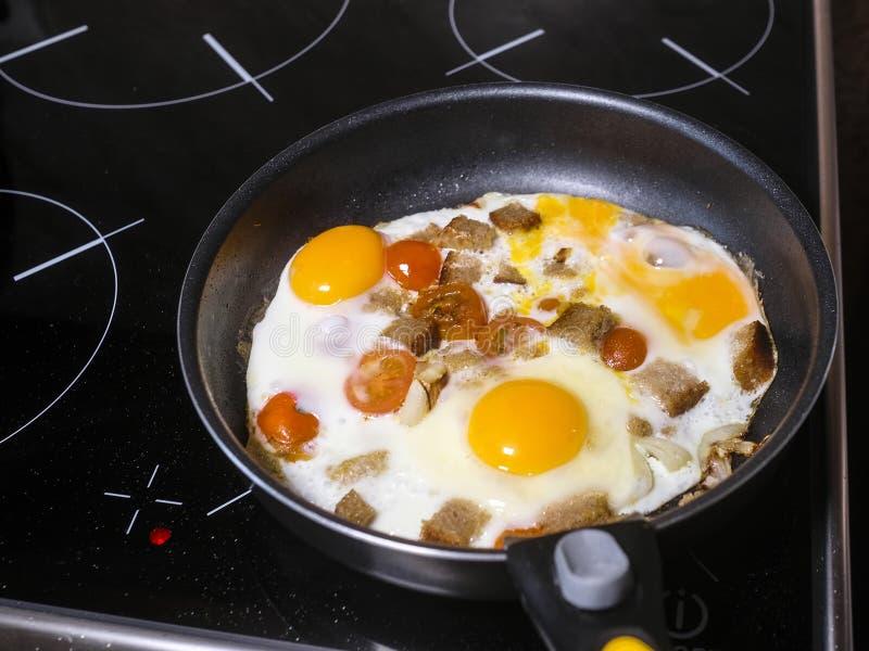 täta ägg som stekas upp royaltyfria bilder