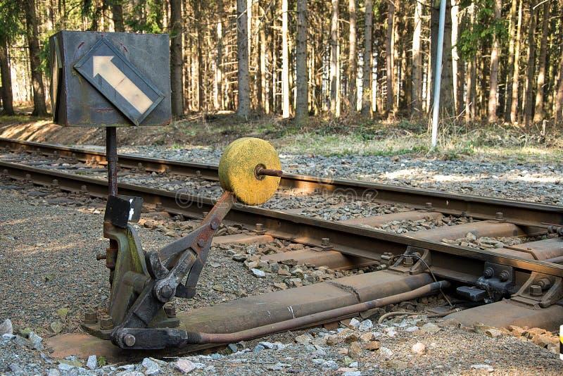 täta daglinjer järnväg spåriner upp två Deltagande på stänger Konstruktion av järnvägsspår Järnväg infrastruktur soligt väder royaltyfria bilder