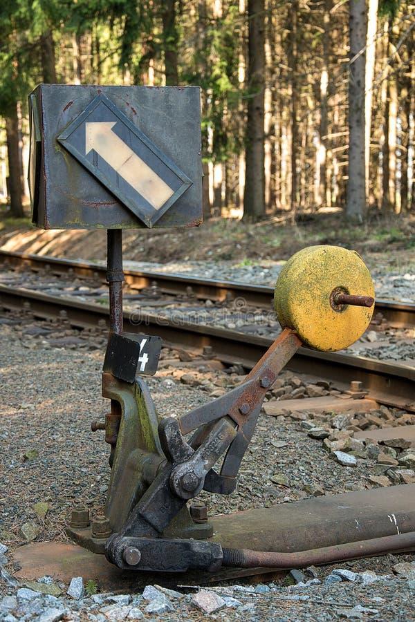 täta daglinjer järnväg spåriner upp två Deltagande på stänger Konstruktion av järnvägsspår Järnväg infrastruktur soligt väder royaltyfri fotografi