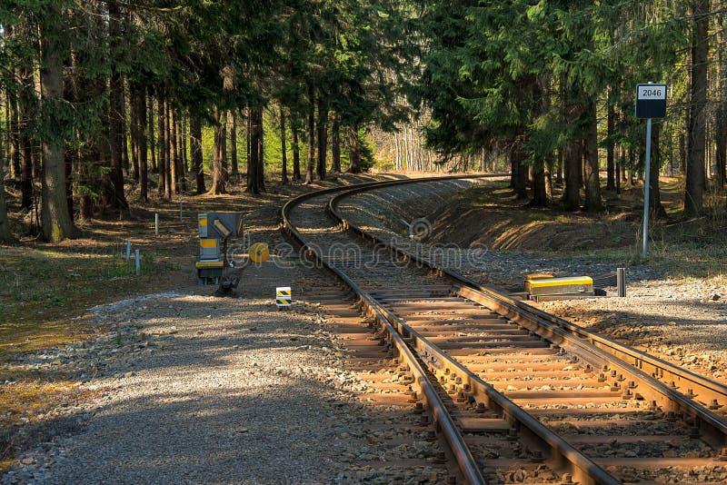 täta daglinjer järnväg spåriner upp två Deltagande på stänger Konstruktion av järnvägsspår Järnväg infrastruktur soligt väder arkivfoto