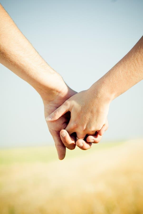 täta händer som rymmer upp royaltyfri bild